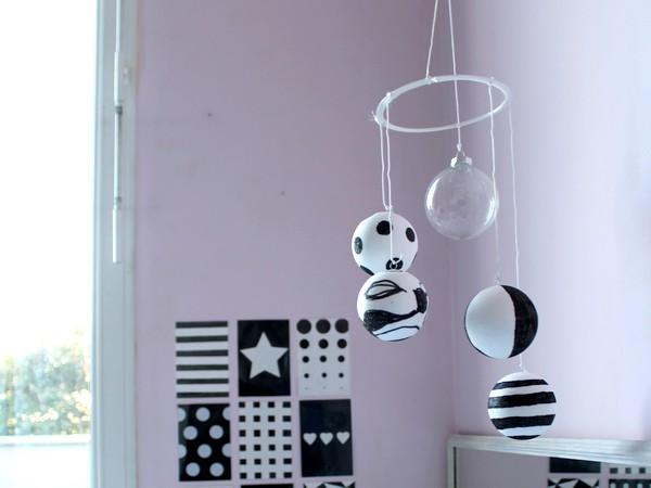 maman nougatine diy un mobile en noir et blanc pour b b. Black Bedroom Furniture Sets. Home Design Ideas