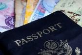 14254230-un-concept-voyageur-international-avec-de-l-argent-des-devises-et-un-passeport