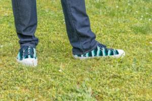 Sneakers ABIOLA adulte vert et bleu marine portées
